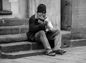 Bezdomny w trakcie posiłku