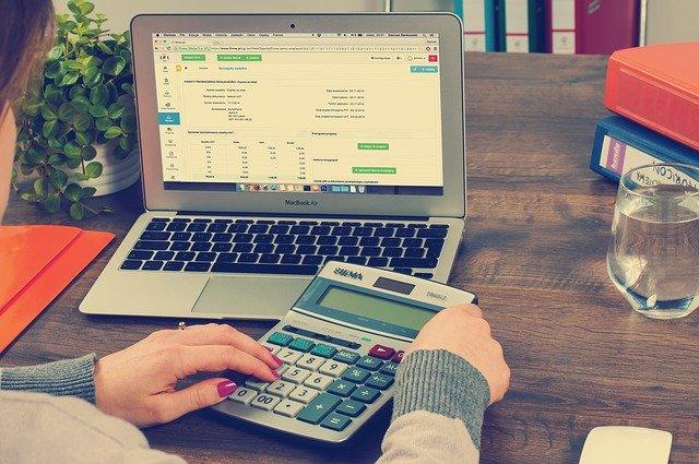 Kobieta pracuje nad rachunkami