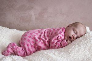 Noworodek śpi na brzuchu