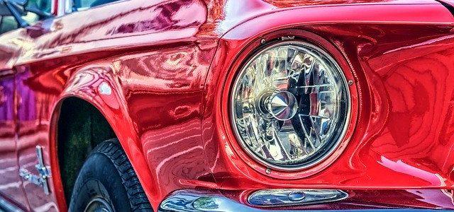błyszcząca karoseria samochodu