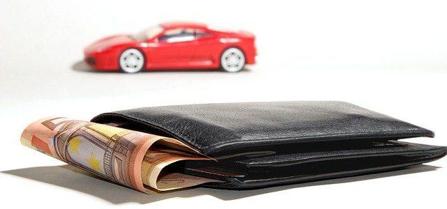 Czerwony samochód i portfel z pieniędzmi