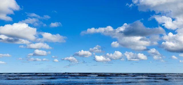 Niebieskie niebo i morze