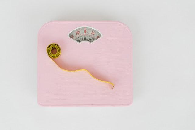 Centymetr położony na wadze