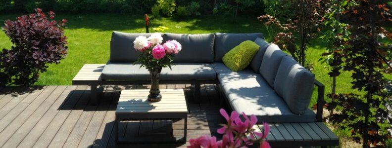 zestaw ogrodowy z narożna sofa oraz stolikiem mondello